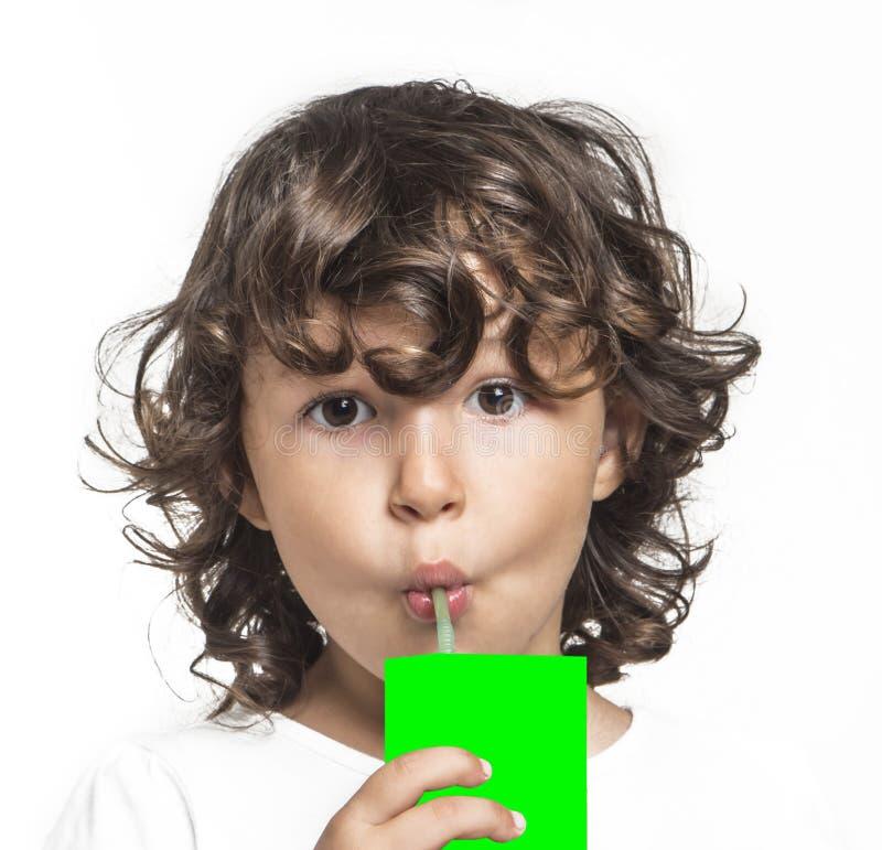 Juce маленькой девочки выпивая стоковое фото rf