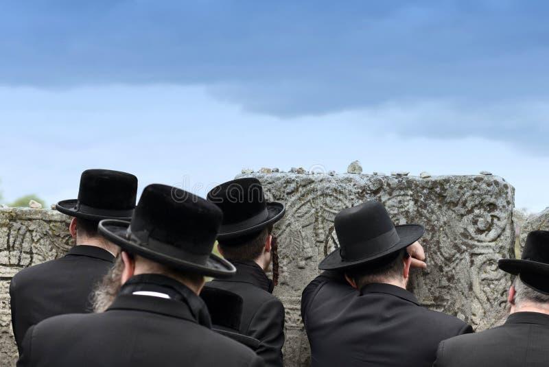 Judío ortodoxo ruega, los judíos, judaísmo, hasidim, parte posterior, detrás foto de archivo libre de regalías