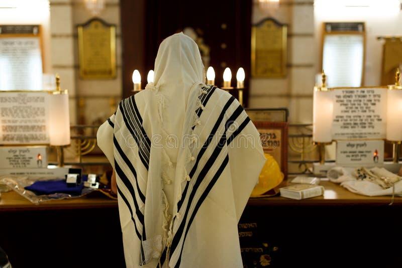Jude som ber i en synagoga arkivbild