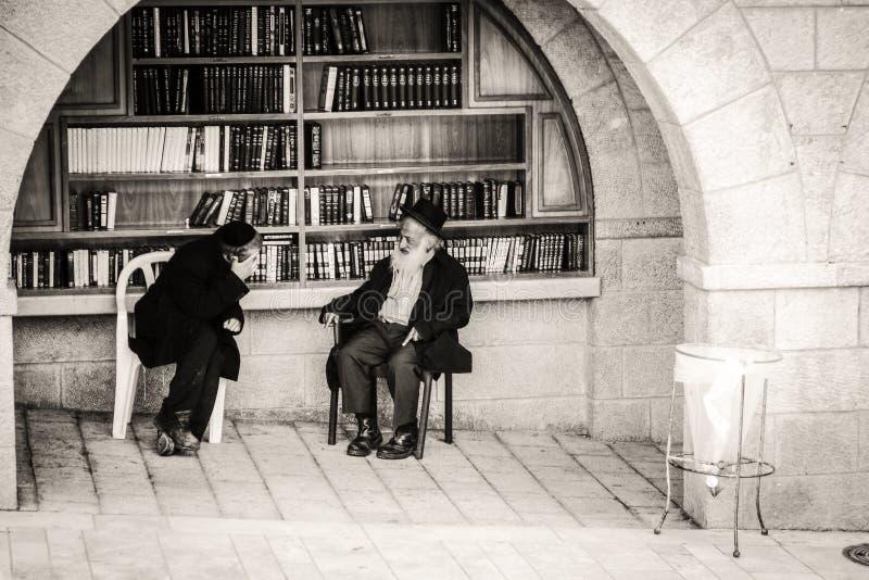 Judeus ortodoxos na parede ocidental no Jerusalém imagem de stock