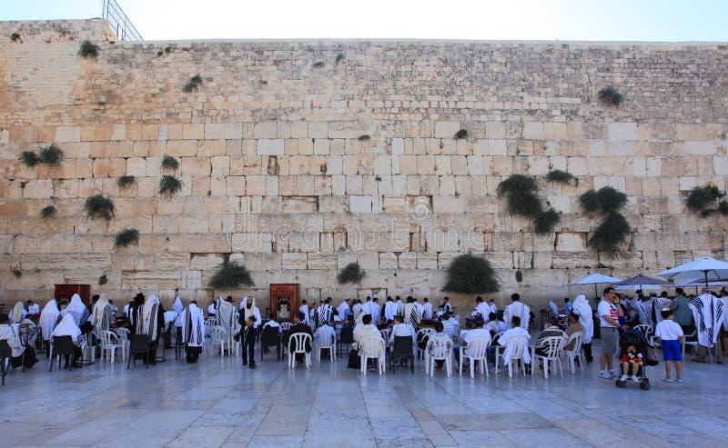Judeus que rezam na parede ocidental, Jerusalém foto de stock