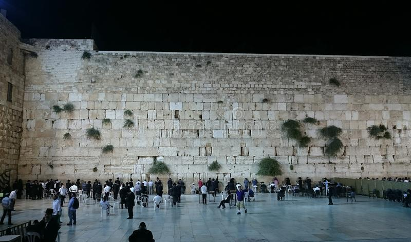 Judeus que rezam na parede ocidental na noite imagens de stock
