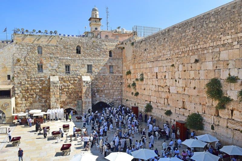 Judeus religiosos, rezando na parede lamentando no Jerusalém fotos de stock
