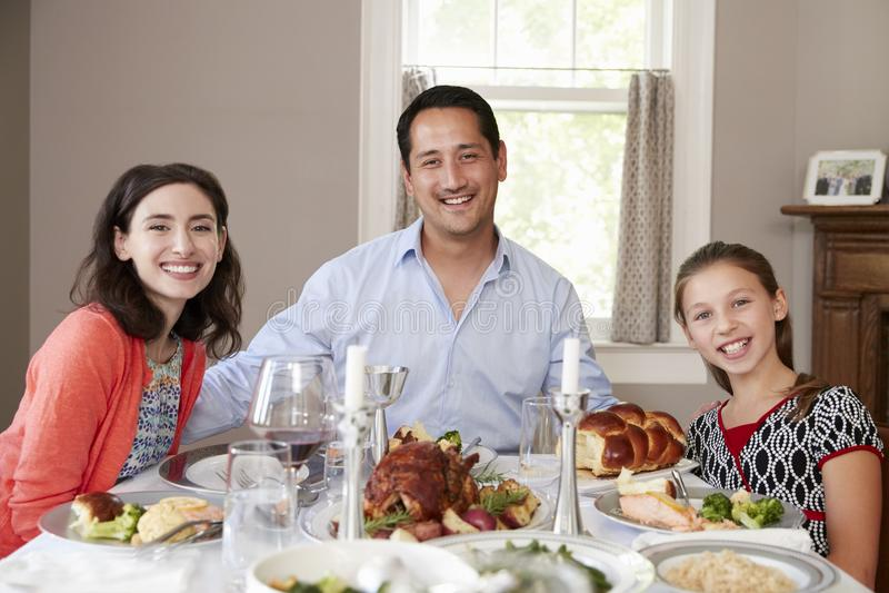 Judisk familj på den Shabbat matställetabellen som ler till kameran arkivfoto