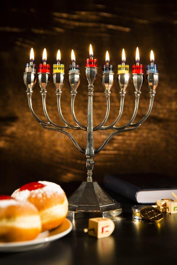 Judisk ferieChanukkah med menoror, Torah, Donuts och träD royaltyfria bilder