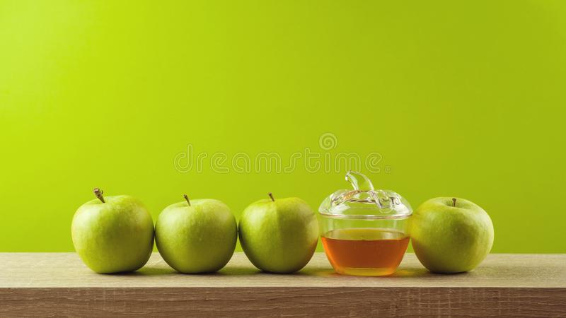 Judisk ferieRosh Hashanah bakgrund med honung och äpplen arkivbild