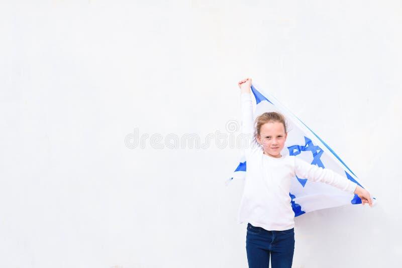 Judisk flicka för liten patriot med flaggan Israel på vit bakgrund royaltyfri bild