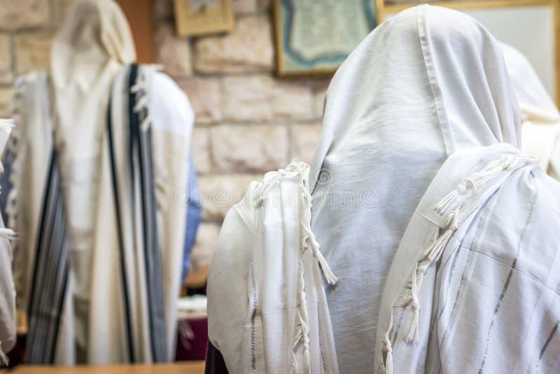 Judiska män som ber i en synagoga med Tallit royaltyfri foto
