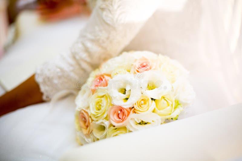 judiskt bröllop för brudbrudgum för bukett brud- händer Zer kalah royaltyfri fotografi