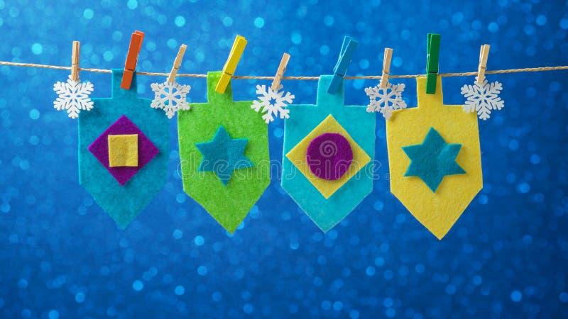 Judiskt ferieChanukkahbegrepp med dekoren för dreidel för snurröverkant arkivbilder