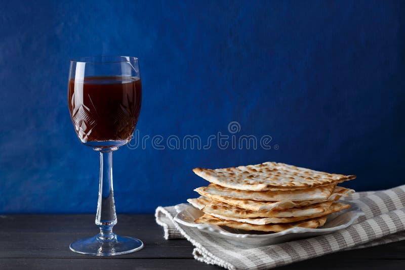 Judiskt Matzahbröd med vin för påskhögtidferie royaltyfri bild