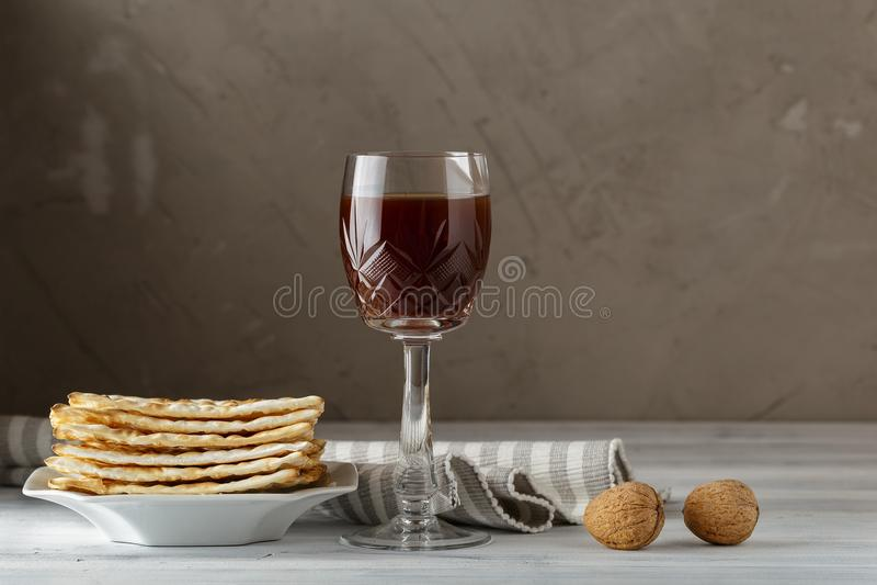 Judiskt Matzahbröd med vin för påskhögtidferie arkivbild