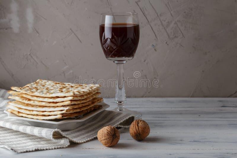 Judiskt Matzahbröd med vin för påskhögtidferie royaltyfria foton