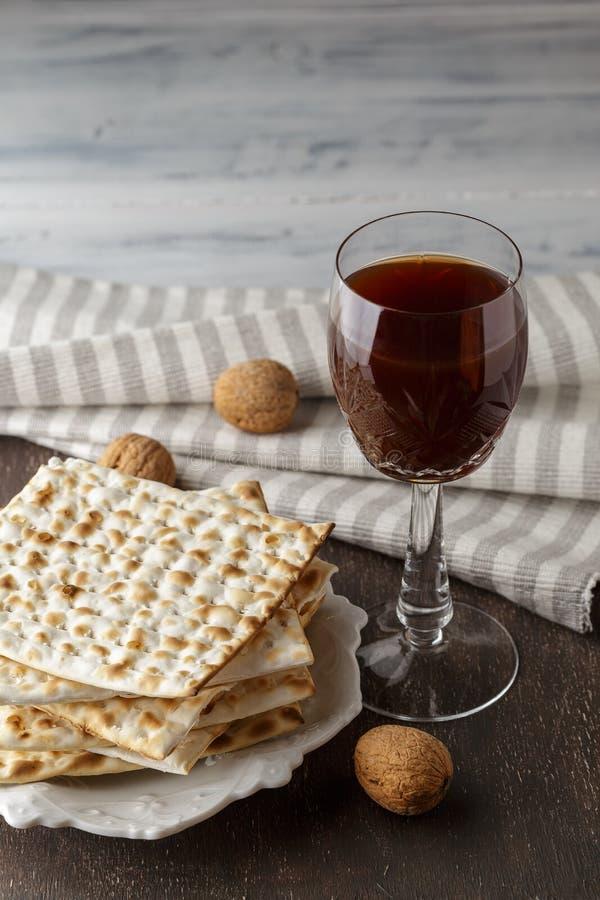 Judiskt Matzahbröd med vin för påskhögtidferie arkivfoton