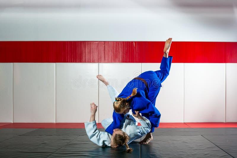 Judo op tatami stock foto