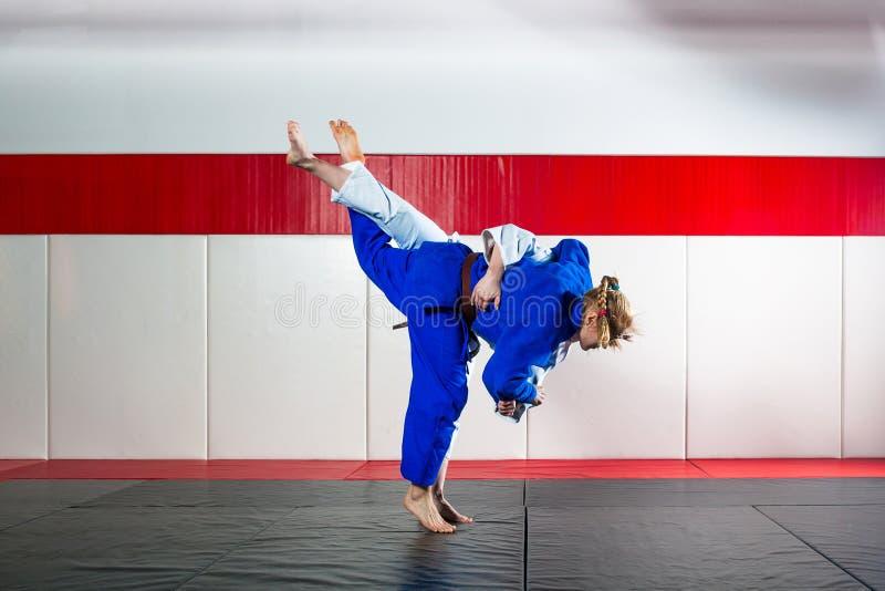 Judo op tatami stock afbeeldingen