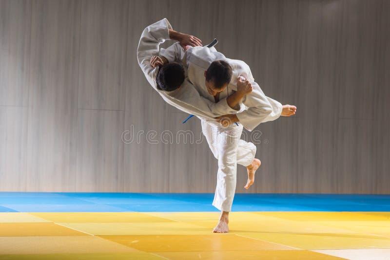 Judo opleiding in de sporthal royalty-vrije stock foto's