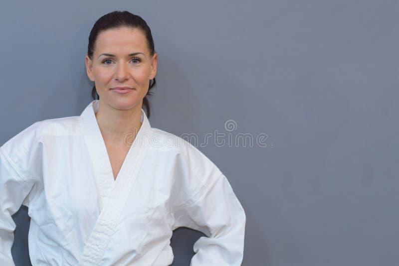 Judo practicante del atleta de sexo femenino imágenes de archivo libres de regalías