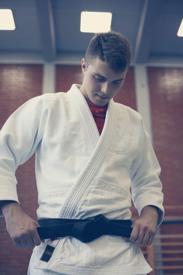 Judo practicante masculino joven en kimono imagen de archivo libre de regalías