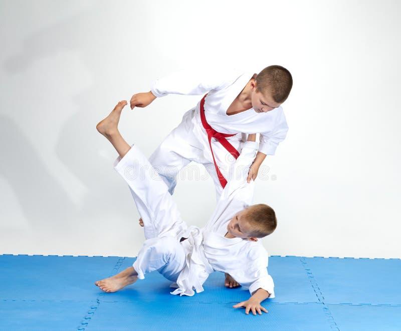 Judo throws tränar små idrottsmän royaltyfria bilder