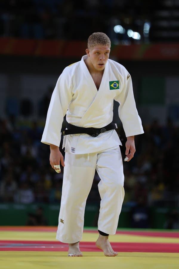 Judoka Rafael Buzacarini de Brasil no branco na ação contra Pablo Aprahamian de Uruguai durante durante o fósforo dos homens -100 imagem de stock royalty free