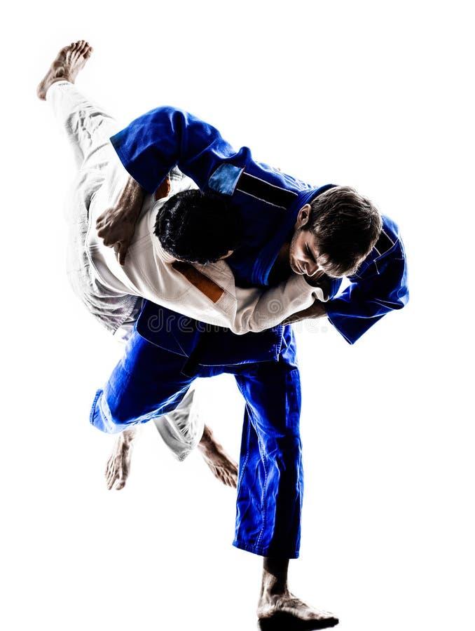 Judokasvechters die mensensilhouetten bestrijden stock foto