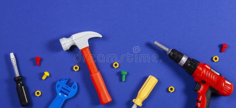 Juega el fondo Vista superior de las herramientas del juguete en fondo azul fotografía de archivo libre de regalías