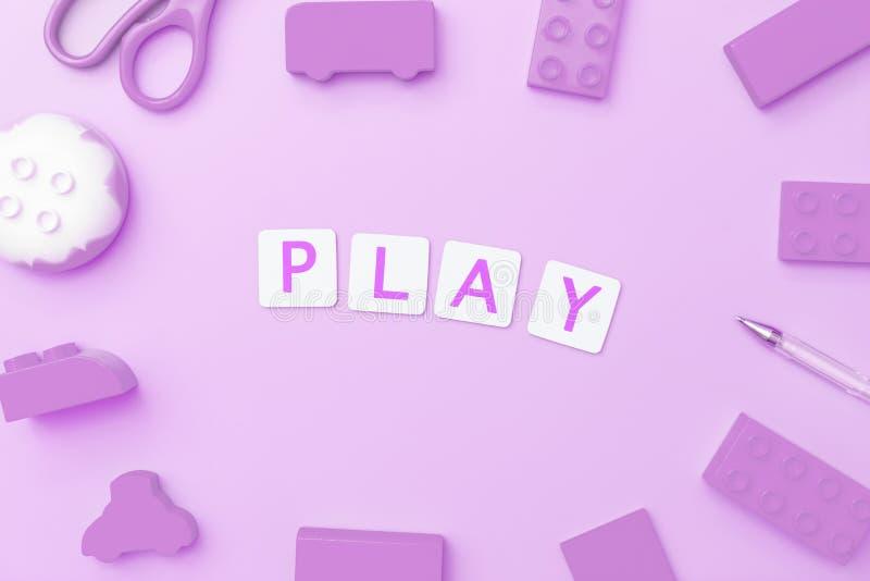 Juego con los objetos del juguete para el concepto de la educación del niño en fondo púrpura imagen de archivo libre de regalías