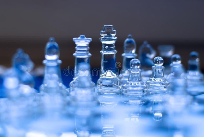 Juego de ajedrez de cristal, rey con la reina, tonos azules fotografía de archivo