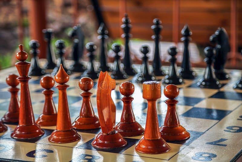 Juego de ajedrez en el tablero de ajedrez imagen de archivo