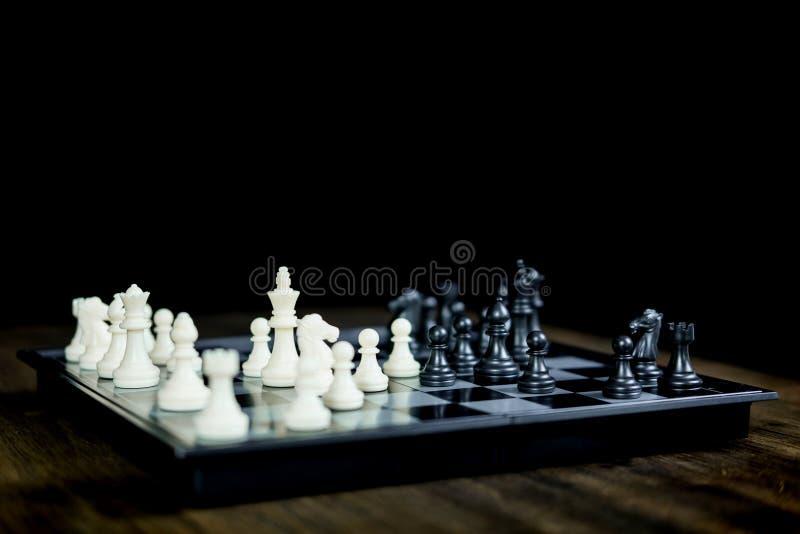 Juego de ajedrez en el tablero de ajedrez de ideas del negocio y competencia y significado stratagy del ?xito del plan imagen de archivo