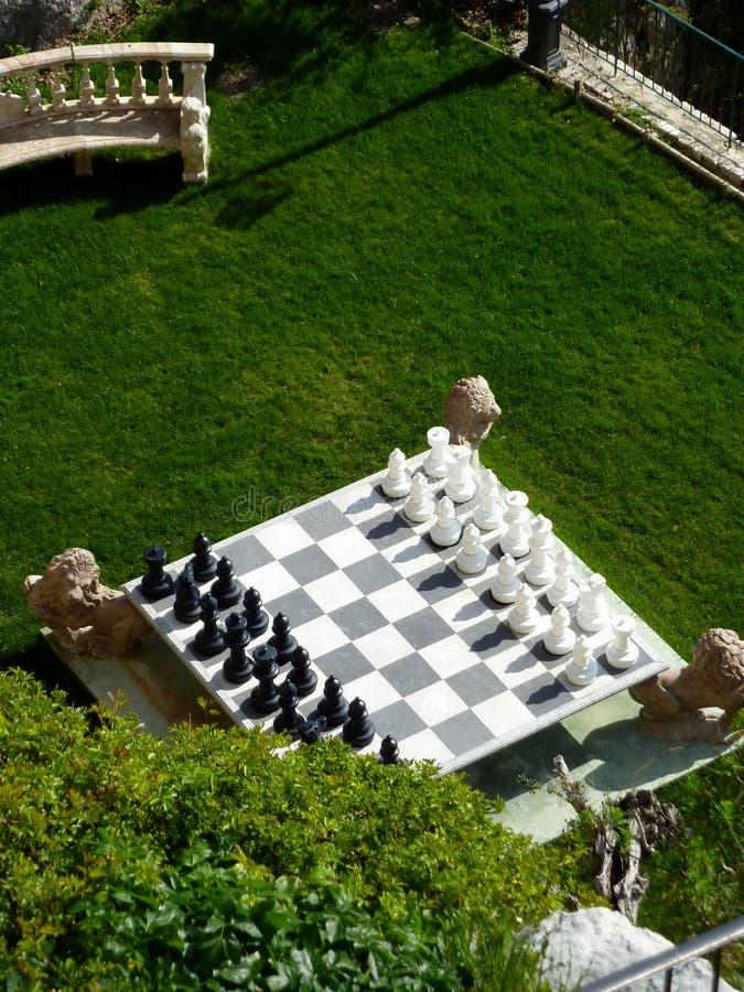 Juego de ajedrez en un jardín fotografía de archivo
