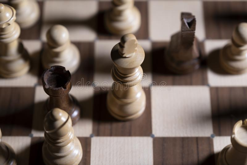 Juego de ajedrez Los pedazos blancos y negros están luchando para la victoria La figura central está en foco fotografía de archivo libre de regalías