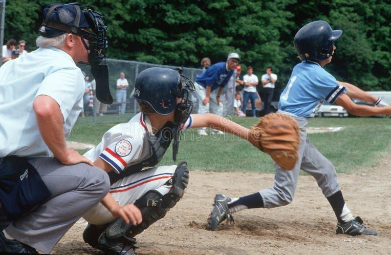 Juego de béisbol de la liga pequeña imagen de archivo
