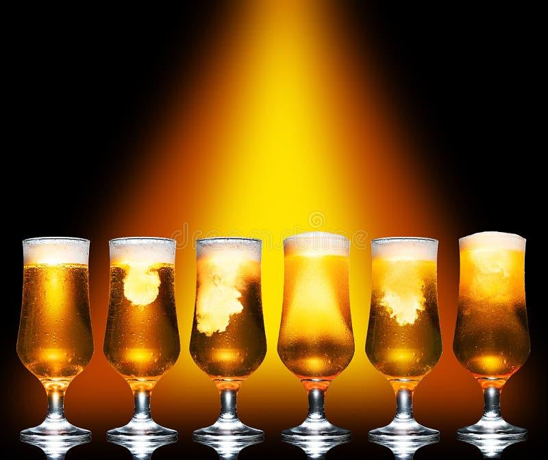 Juego de cristal de cerveza ligera de artesanía fría sobre fondo oscuro imagen de archivo