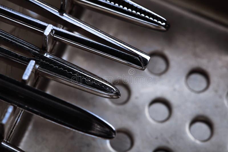 Juego de herramientas de los instrumentos quirúrgicos de acero imagenes de archivo