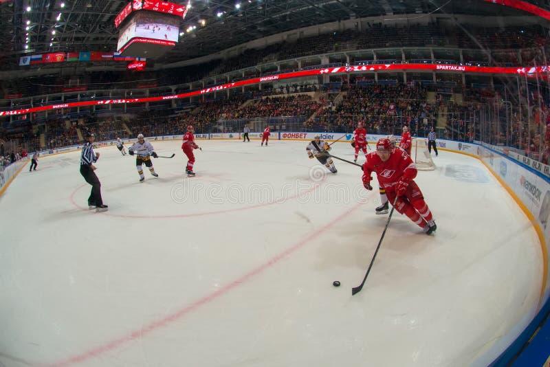 Juego de hockey Spartak contra Severstal Cherepovets en el campeonato de Rusia KHL en las leyendas del parque de la arena foto de archivo libre de regalías