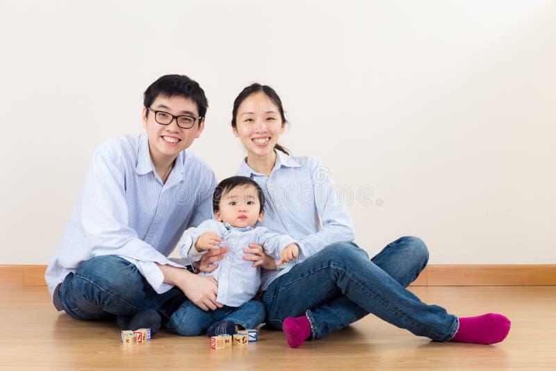 Juego de la familia de Asia junto imagen de archivo
