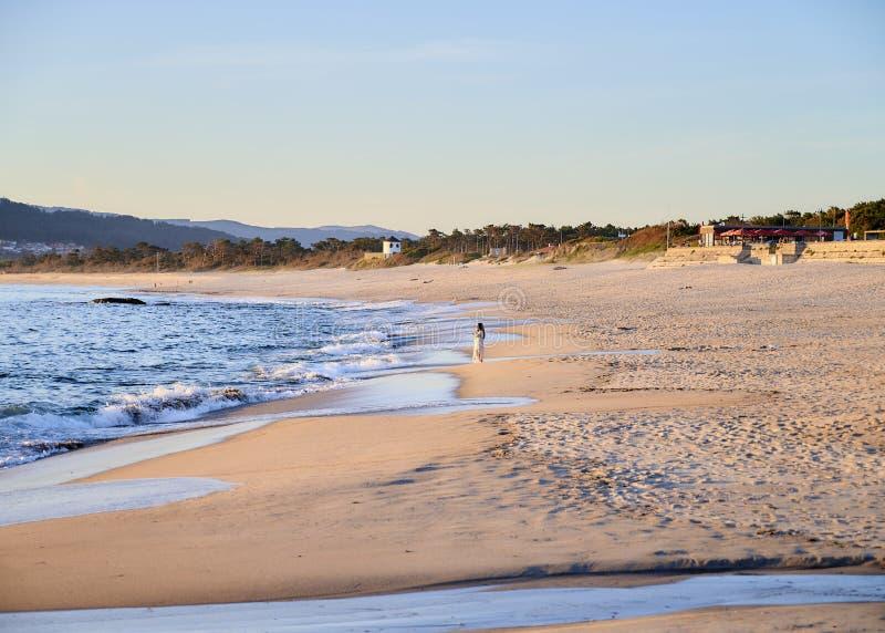 Juego de la mujer con las ondas en el vestido blanco foto de archivo libre de regalías