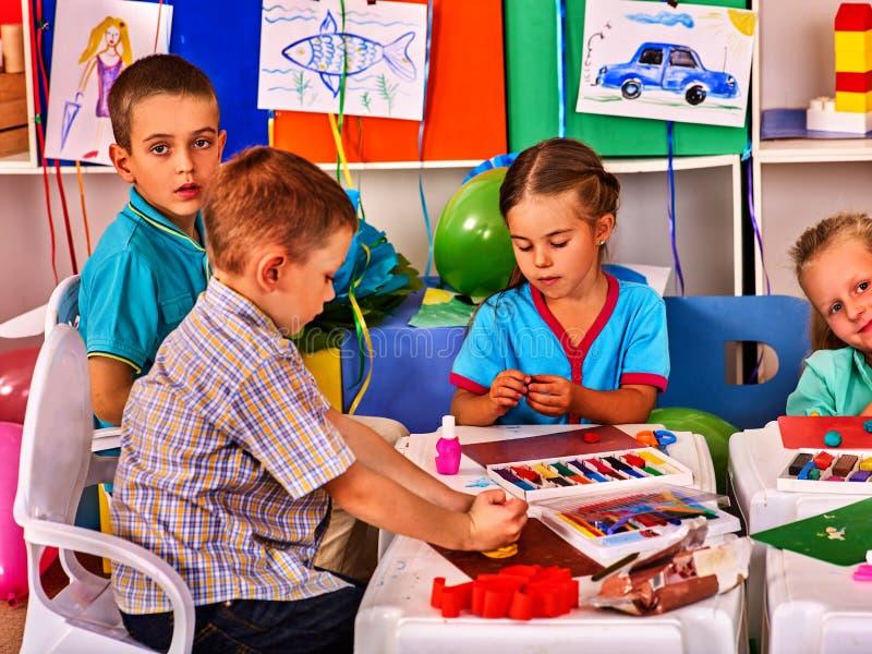 Juego de la pasta del niño en escuela Plastilina para los niños imágenes de archivo libres de regalías