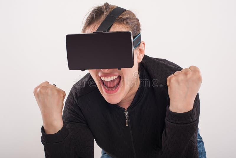 Juego de la pistola del juego VR de la mujer con los vidrios de la realidad virtual foto de archivo libre de regalías