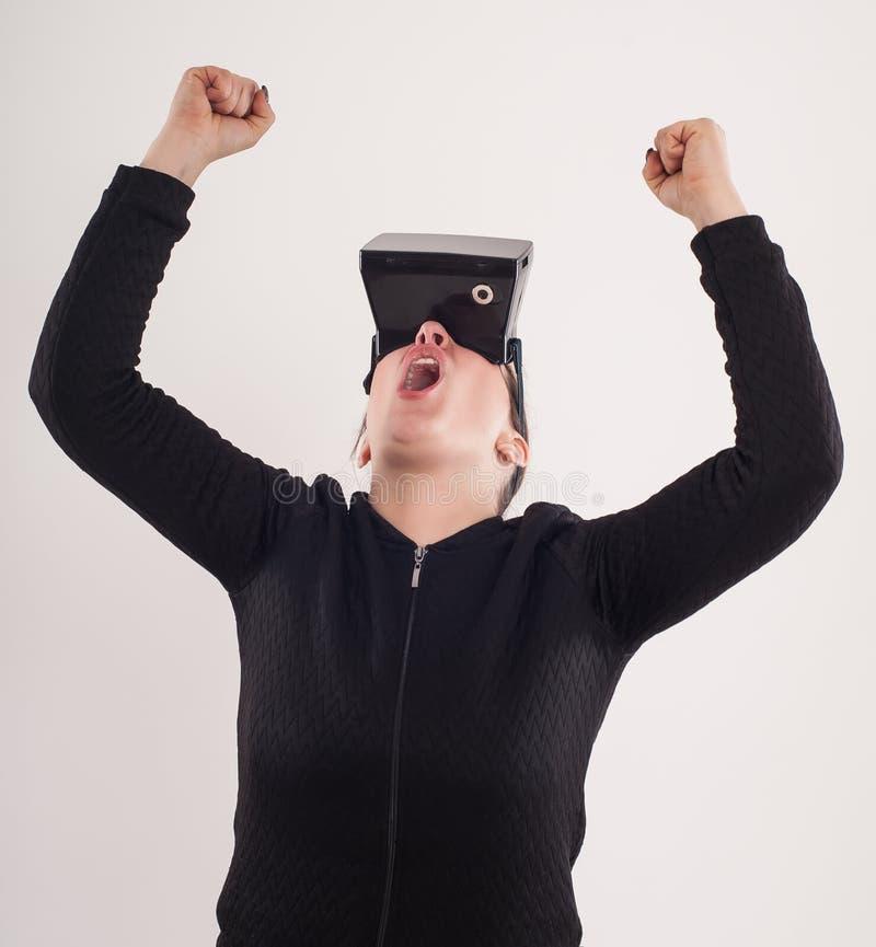 Juego de la pistola del juego VR de la mujer con los vidrios de la realidad virtual fotos de archivo