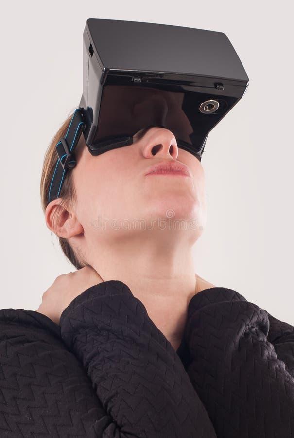 Juego de la pistola del juego VR de la mujer con los vidrios de la realidad virtual imágenes de archivo libres de regalías