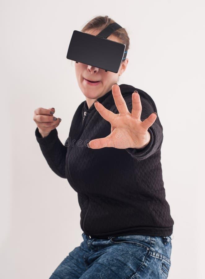 Juego de la pistola del juego VR de la mujer con los vidrios de la realidad virtual foto de archivo