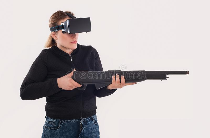 Juego de la pistola del juego VR de la mujer con los vidrios y el rifle del vr fotografía de archivo