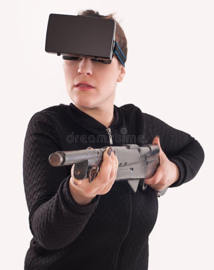 Juego de la pistola del juego VR de la mujer con los vidrios y el rifle del vr imagen de archivo libre de regalías