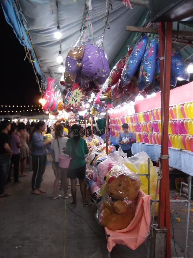 Juego de los dardos de los globos, tienda de la calle, festival de Buda, Samutprakarn, Tailandia imagenes de archivo