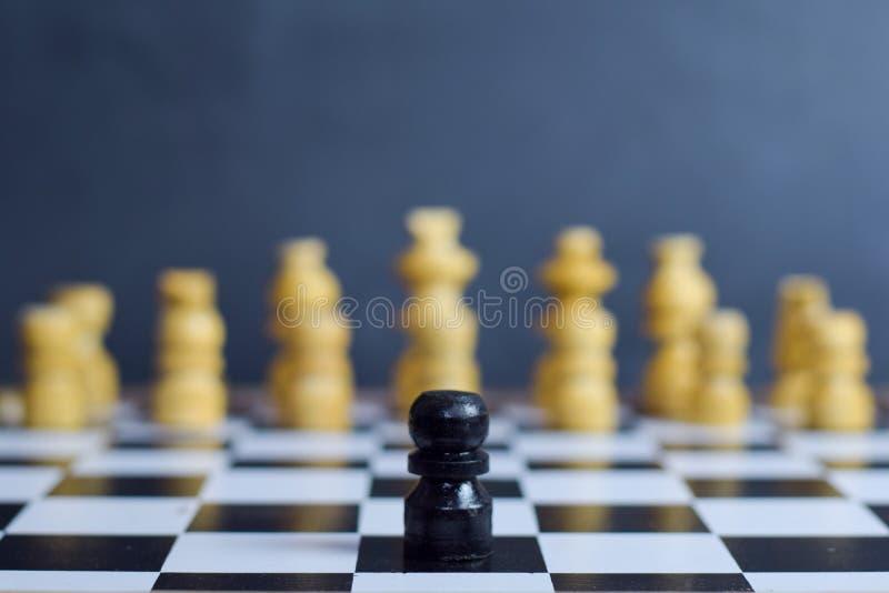 Juego de mesa del ajedrez Concepto del desafío y de la diversidad imagenes de archivo