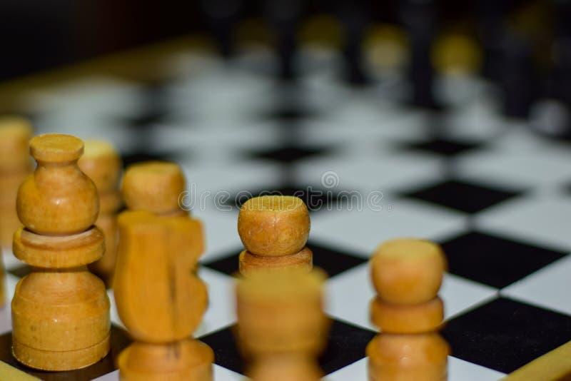 Juego de mesa del ajedrez para las ideas y el foco suave de la competencia y de la estrategia en una tabla de madera fotografía de archivo