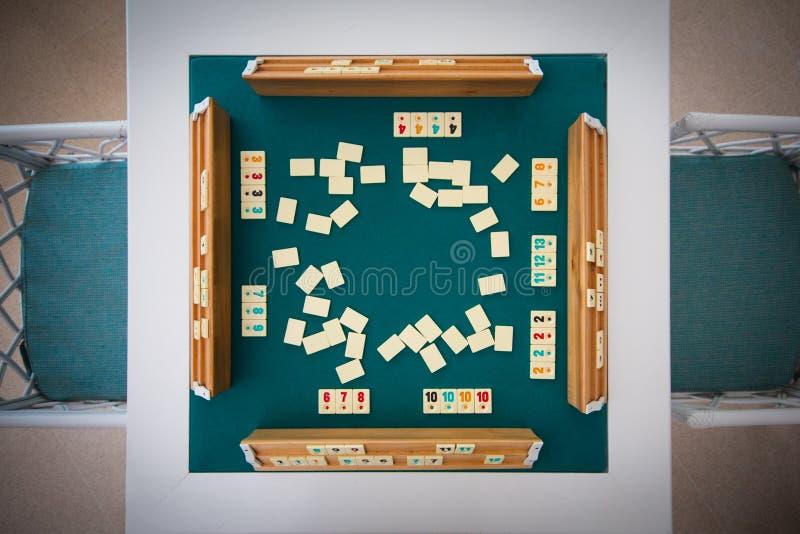 Juego de mesa Okey Rummikub Una tabla con el paño y los microprocesadores verdes fotografía de archivo